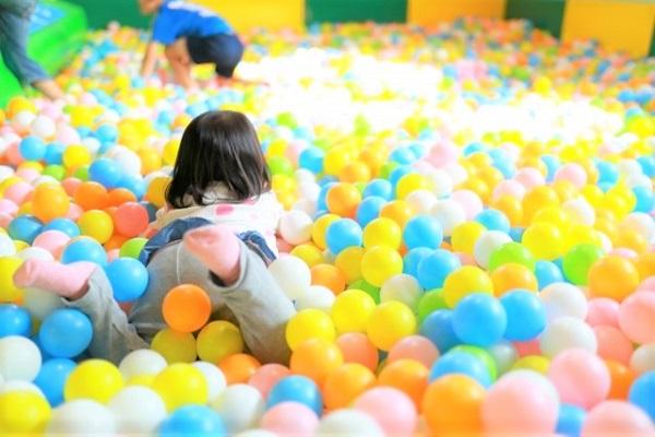 雨の日子供の遊び場